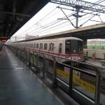 上海軌道交通1号線で朝晩ラッシュ時は全列車が富錦路まで運転