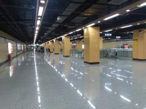 申江路駅コンコース