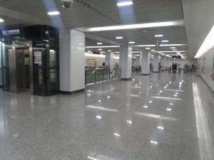 祁華路駅コンコース