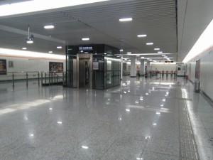 劉行駅コンコース