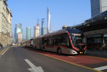 外灘駅停車中の71路バス