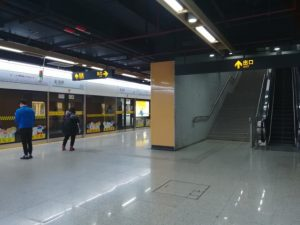 金海路駅ホーム