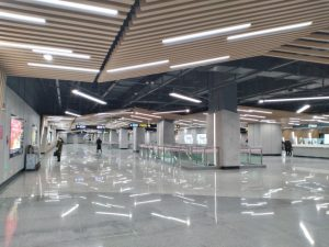 成山路駅コンコース