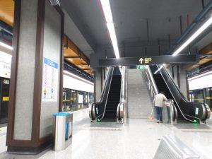 張江路駅ホーム